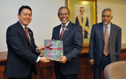 Photo: AP Dr Azman Ahmad presenting a gift to Minister Masagos